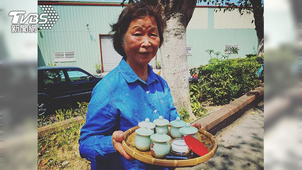 民眾發現一名阿嬤捧著類似茶水的的物品站在進香隊伍旁。(圖/簡玄宗授權提供) 虔誠嬤捧「胭脂水粉」靜等白沙屯媽 暖喊:給媽祖婆補妝