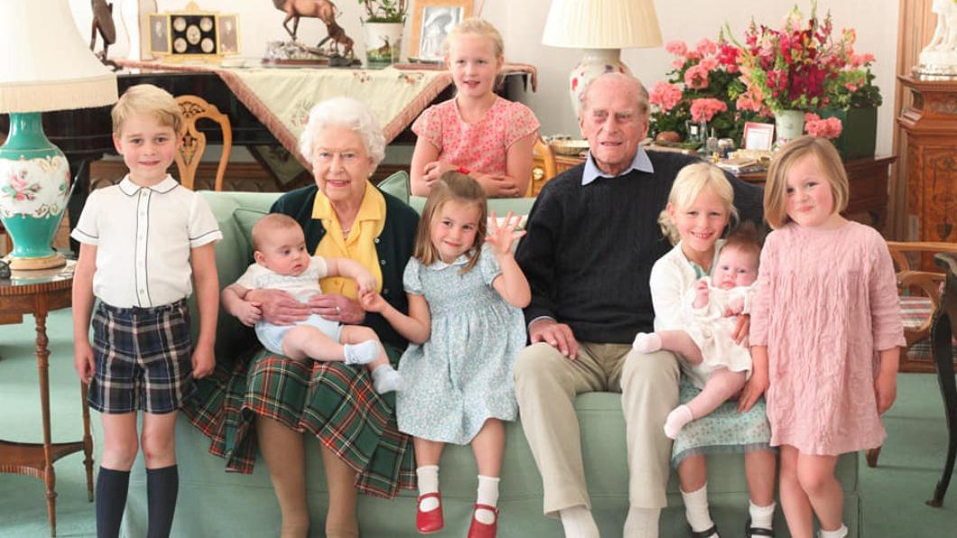 (圖/翻攝自The Royal Family臉書) 紀念菲立普親王 英王室罕見含飴弄孫照曝光