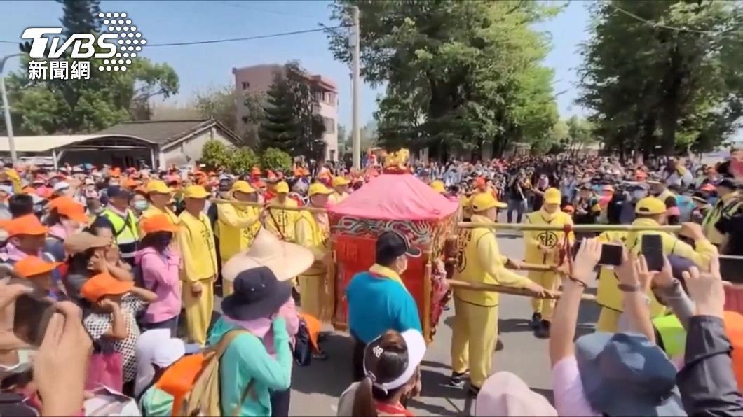 白沙屯媽祖徒步進香吸引許多信眾跟隨。(圖/TVBS) 進香播聖歌!白沙屯媽祖突加速暴衝 網紅誤踩禁忌糗爆