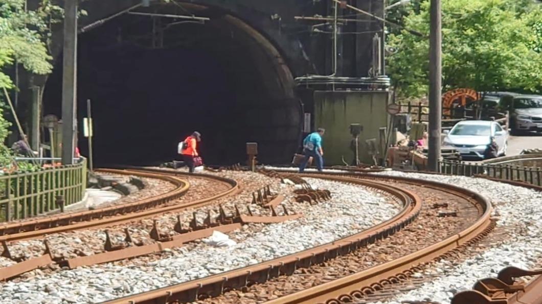 不要命了!為省時間「徒步穿越鐵道」