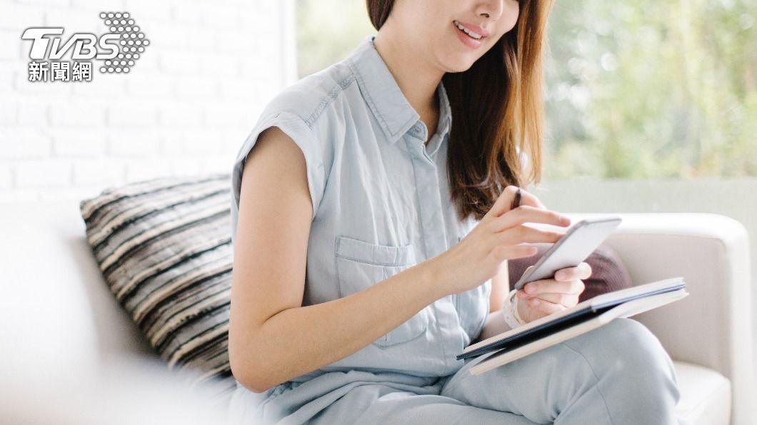 彰化一名男子在交友軟體認識劉女,卻慘遭詐騙百萬。(示意圖/Shutterstock達志影像) 騙百萬收鑽石拒同床 妙齡女敷衍傳「叫聲音檔」男氣炸