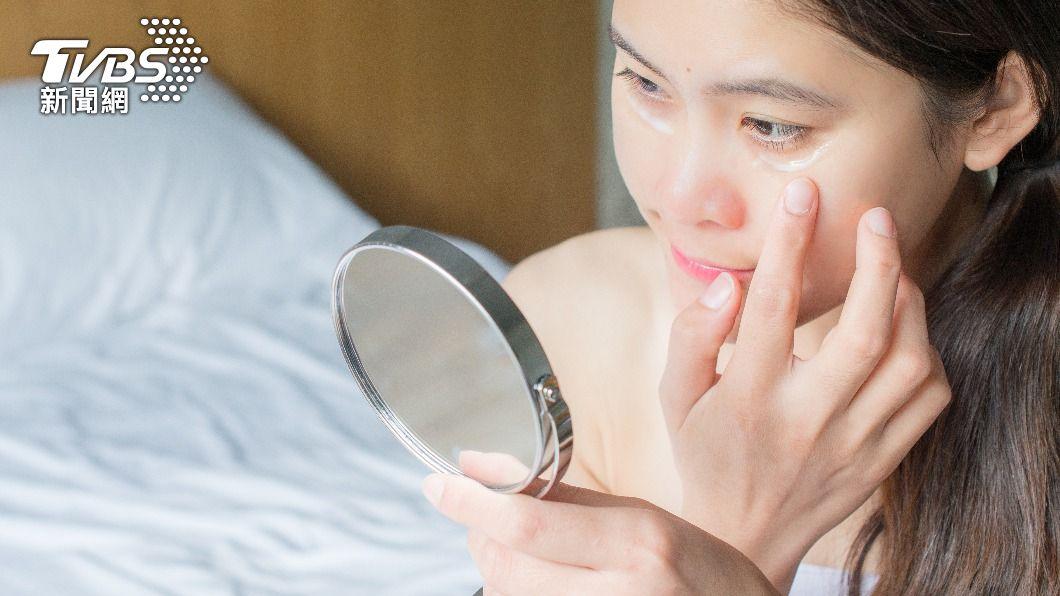 許多人誤將眼周長顆粒怪罪於保養品太滋潤。(示意圖/shutterstock達志影像) 雙眼周圍因保養品長「脂肪粒」? 食藥署解答
