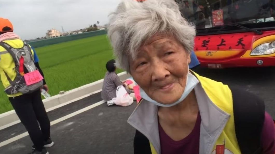 高齡阿嬤徒步進香長達9年從未缺席。(圖/翻攝自《白沙屯媽祖網路電視台》) 謝媽祖救病兒 88歲嬤信守承諾「連9年徒步進香」
