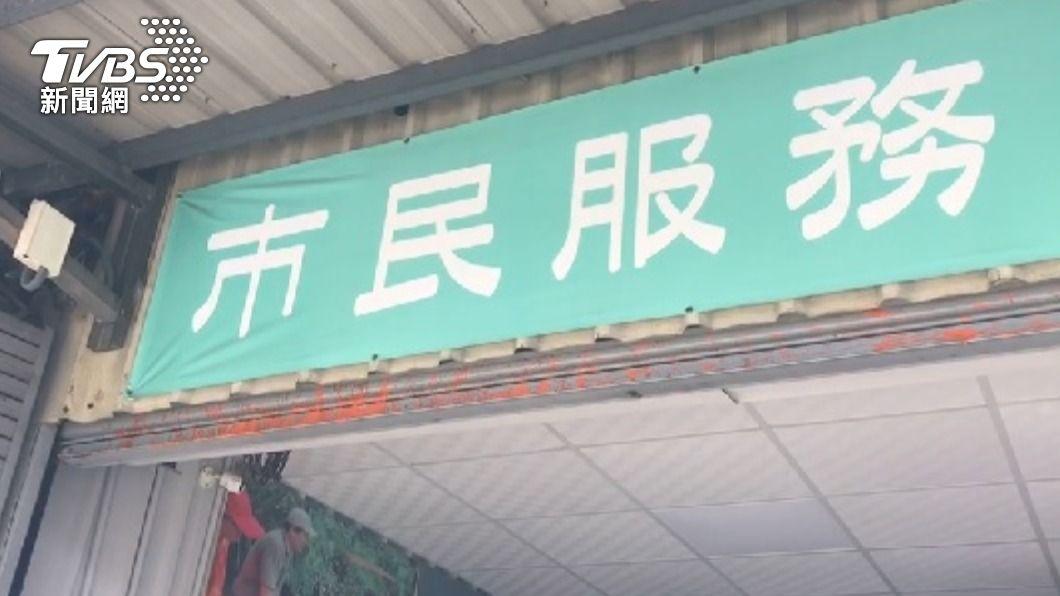 王定宇服務處被潑紅漆。(圖/TVBS) 王定宇台南2服務處遭潑紅漆 警方鎖定涉案男子