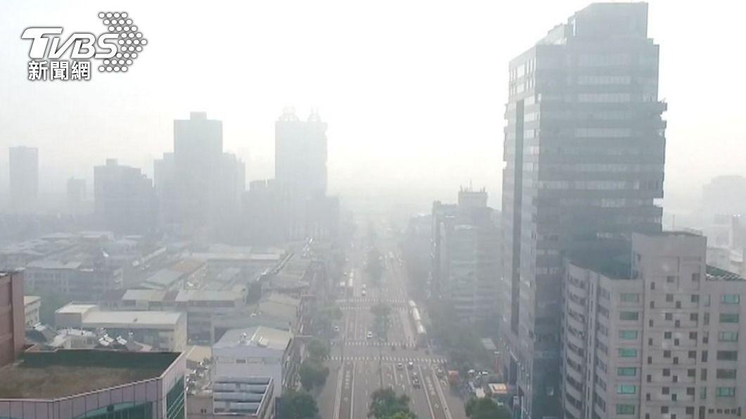 週末假日將受東北風影響空氣品質差。(圖/TVBS) 週末跌破20度!舒力基直逼強颱 下週2天是降雨關鍵