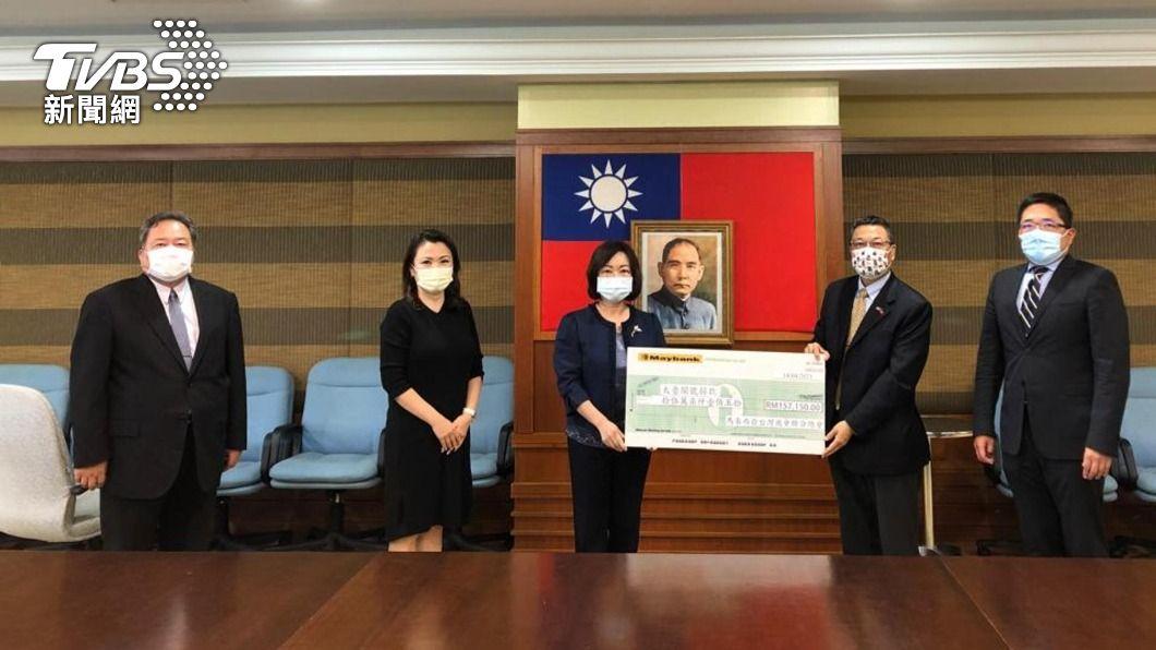 馬來西亞台灣商會聯合總會為太魯閣號事故募得馬幣15萬7150元(約新台幣108萬元)捐款。(圖/中央社) 太魯閣號事故 馬來西亞台商募集逾百萬捐款
