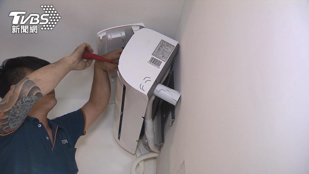冷氣銅管若有破,冷媒會不斷漏出。(圖/TVBS) 冷氣不涼「師傅每年灌冷媒」 內行揭真相打臉:被坑爆