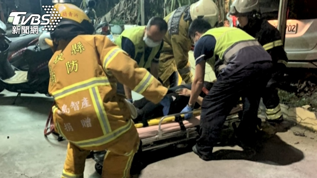 圖/TVBS 閃燈路口未減速 無照男將車撞進消防局