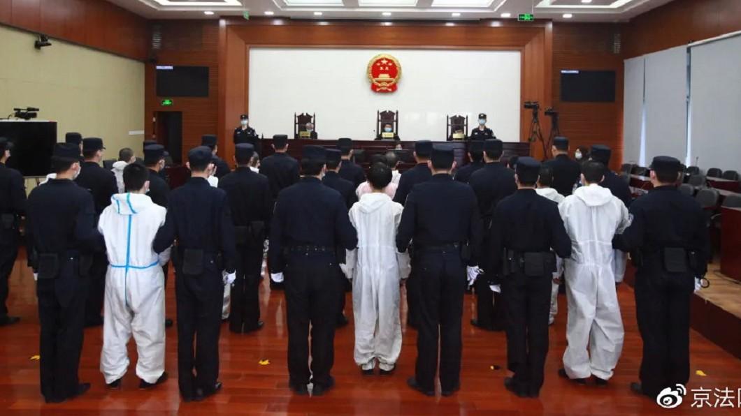 台灣46名罪犯遭判刑。(圖/翻攝自微博) 46名台灣詐欺犯「押解北京」 最重判13年排排站受審