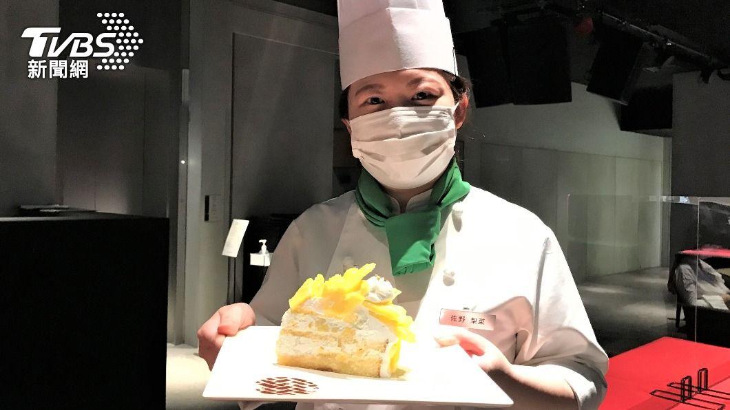 日本一家連鎖咖啡店用台灣金鑽鳳梨做甜點,採用高級金箔作點綴,一片蛋糕要價1100日圓(約290元台幣)。(圖/中央社) 台金鑽鳳梨外銷日本掀風潮 撒金箔製成蛋糕獲好評
