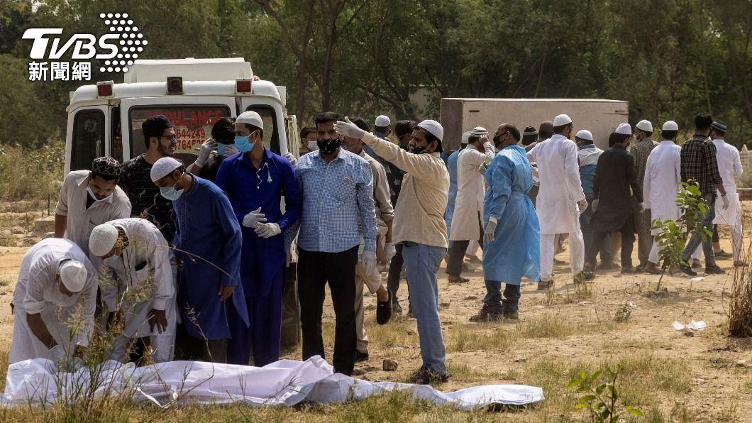 印度第二波新冠肺炎疫情惡化,單日確診及死亡人數均創下新高。(圖/達志影像路透社) 印度新冠疫情惡化 57%人口週末實行封鎖宵禁
