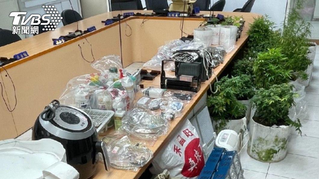 林姓男子在網路上自學種植大麻,警方獲報上門逮人。(圖/TVBS) 租1.8萬套房當大麻農場 男子否認販賣撇無期重刑