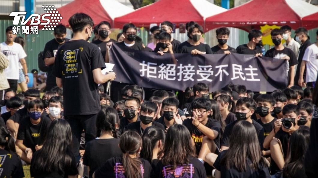 鳳山高中學生穿黑衣抗議。(圖/中央社) 鳳山高中校慶不對外開放 上百「黑衣人」抗議爭話語權