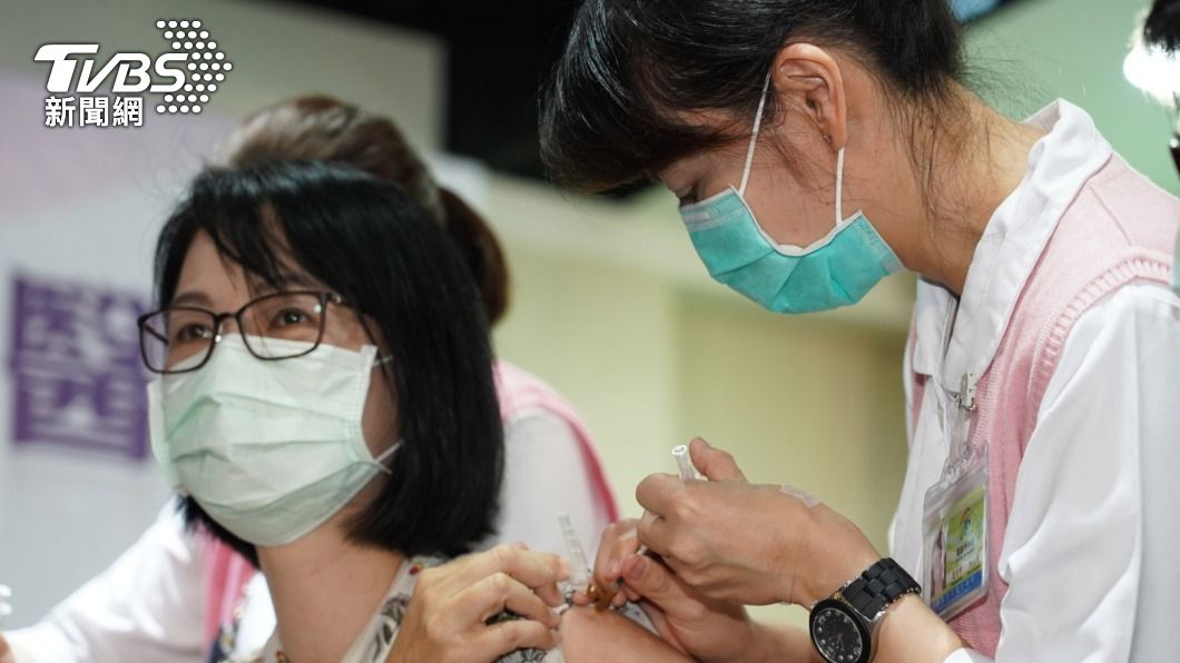 因AZ疫苗施打率低,醫院難滿足一瓶施打10人規定,今(17)日宣布單瓶接種8人即可。(圖/中央社) AZ疫苗接種人數限制放寬 單瓶接種8人即可