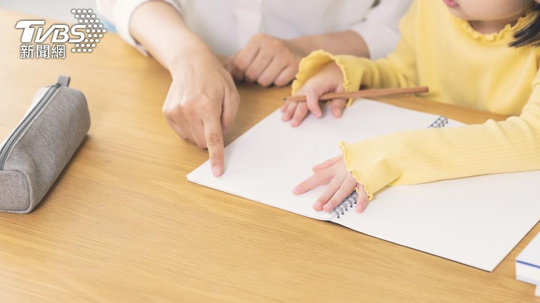 許多家長會特別抽空陪小孩做作業。(示意圖/shutterstock達志影像) 日小學數學題落落長「大人霧煞煞」 眾愣:在寫小說?