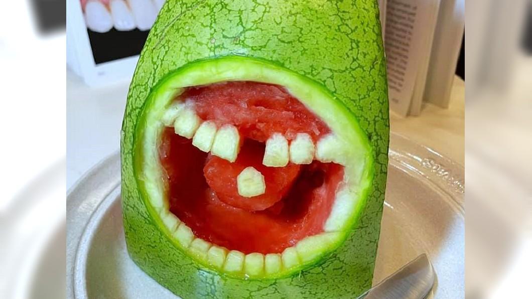 女護理師將西瓜雕成一張血盆大口(圖/翻攝自「Costco好市多 商品經驗老實說」) 護理師替西瓜植牙 畫面曝光網笑翻:還有舌頭!