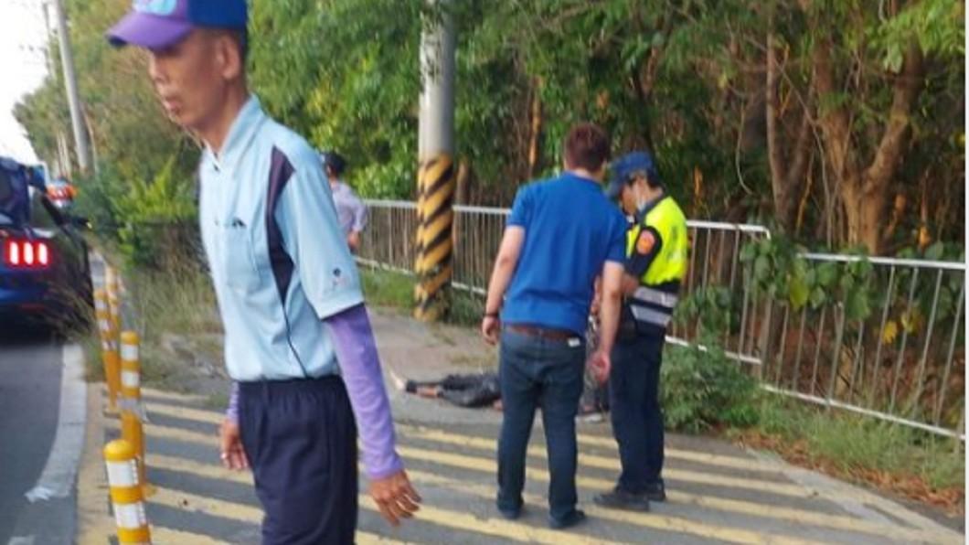 被害人被砍倒臥在地。(圖/翻攝自台南爆料公社) 台南仁德砍人案!10男當街揮刀追殺 2人爆血送醫