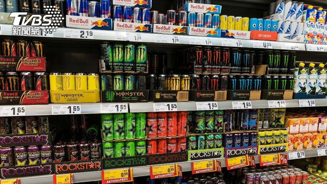 男大生喝太多能量飲料險送命。(示意圖/shutterstock達志影像) 2年來每天灌4瓶能量飲 英男「心臟衰竭」險喪命
