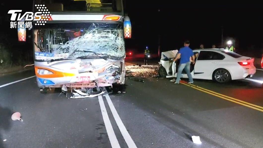 圖/TVBS 快訊/轎車過彎越線猛撞遊覽車 1死4輕重傷