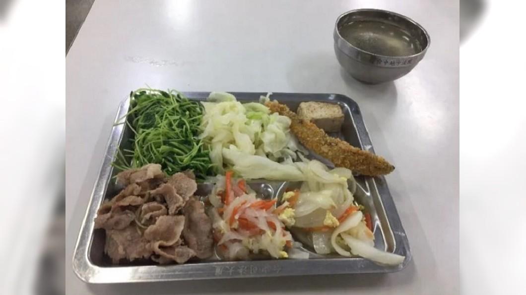 一名女子回憶就讀高中時,經常到台中地院吃晚餐。(圖/翻攝自Dcard) 台中地院自助餐「4菜1肉1魚」 她曝超佛價格網驚呆