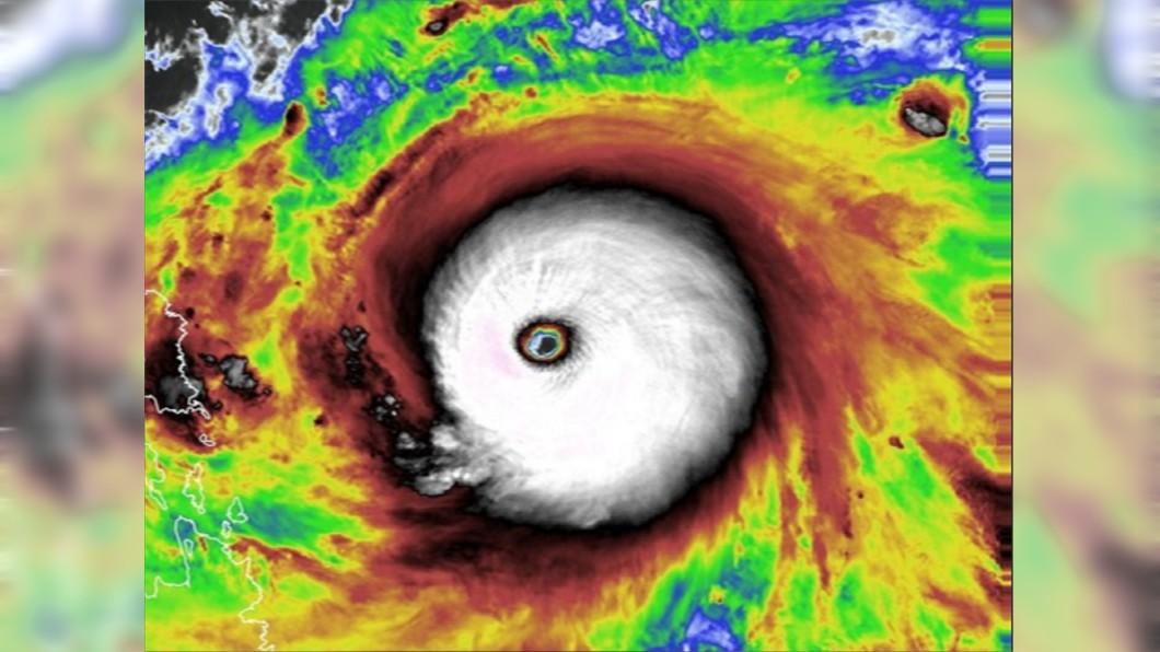 舒力基颱風眼附近的閃電很旺盛。(圖/翻攝自台灣颱風論壇|天氣特急臉書) 南部有望下雨了!舒力基「颱風眼閃電」發威最強時間曝