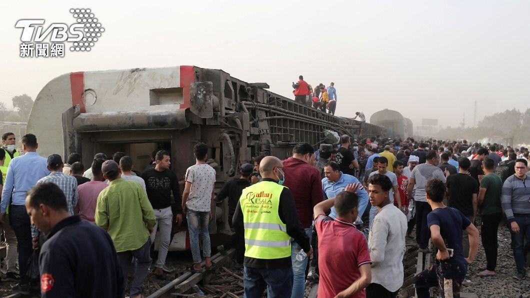 埃及開羅以北的蓋盧比尤省發生列車脫軌事故,造成11人喪命、98人受傷。(圖/達志影像路透社) 埃及開羅火車四節車廂脫軌事故 釀11死98傷