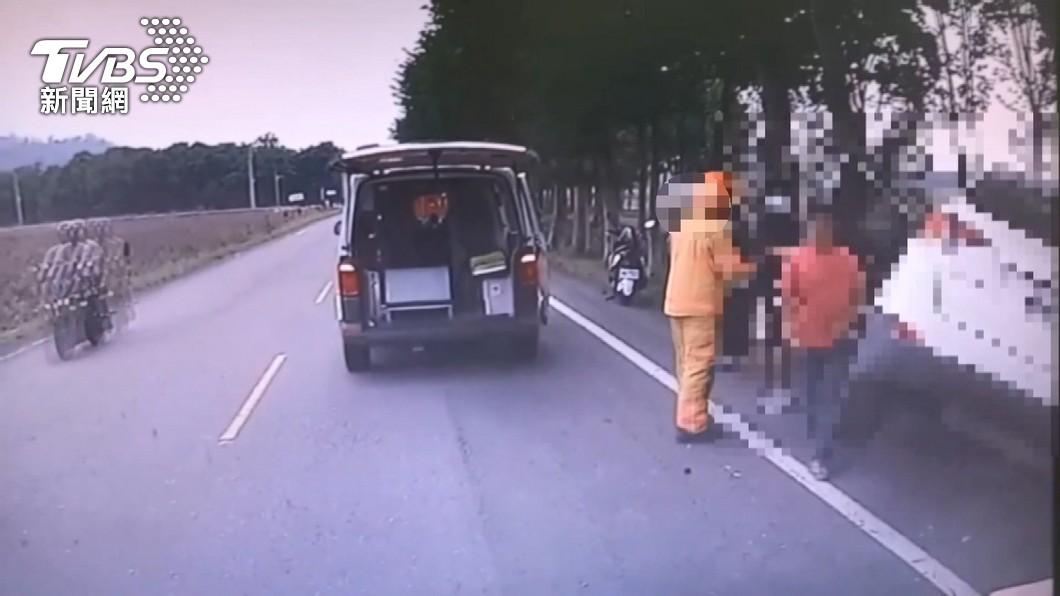 圖/TVBS 一家5口出遊閃狗自撞路樹 外公不治、11月大女嬰重傷