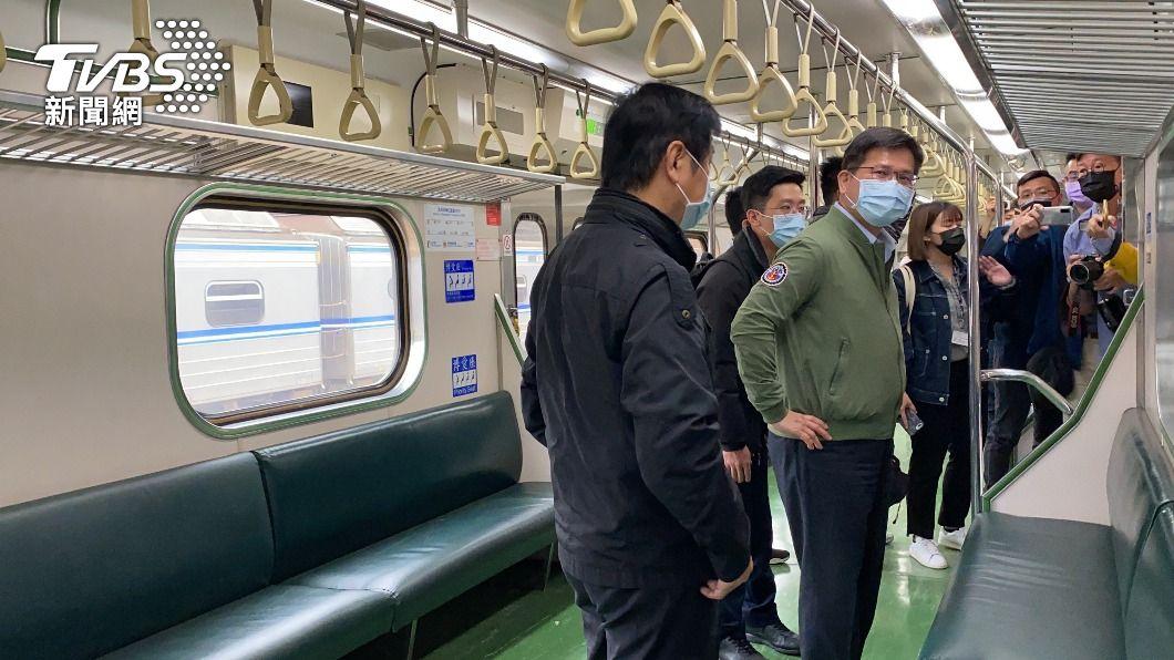 林佳龍一早搭乘首班區間車。(圖/中央社) 太魯閣號事故地點通車 林佳龍搭首班列車宣示安全