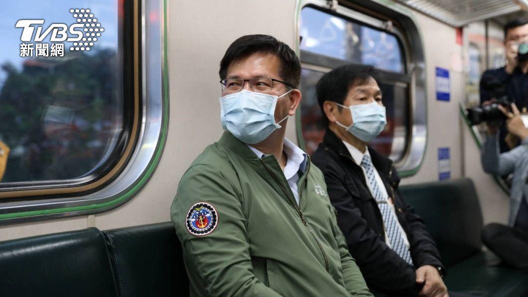 交通部長林佳龍搭乘首班車。(圖/中央社) 太魯閣號事故地點搶通 林佳龍:了卻心中責任