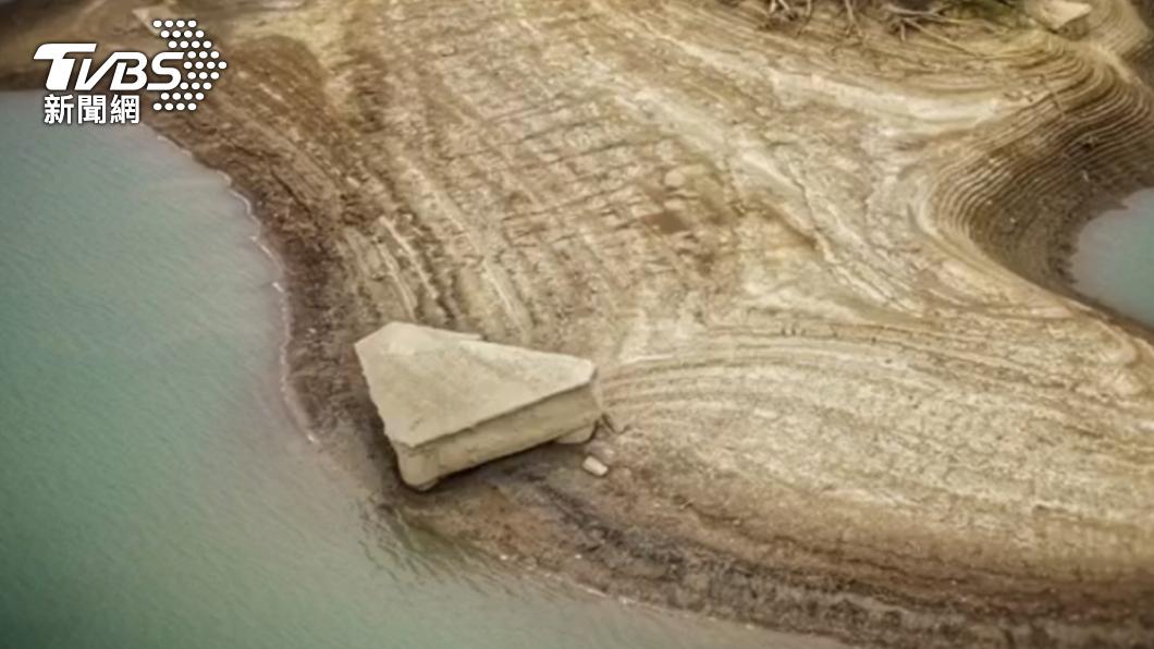烏山頭水庫中央沙洲出現「石鋼琴」。(圖/空拍玩家沈統斐提供) 烏山頭水庫水位狂降 沙洲驚見乾旱奇景「石鋼琴」
