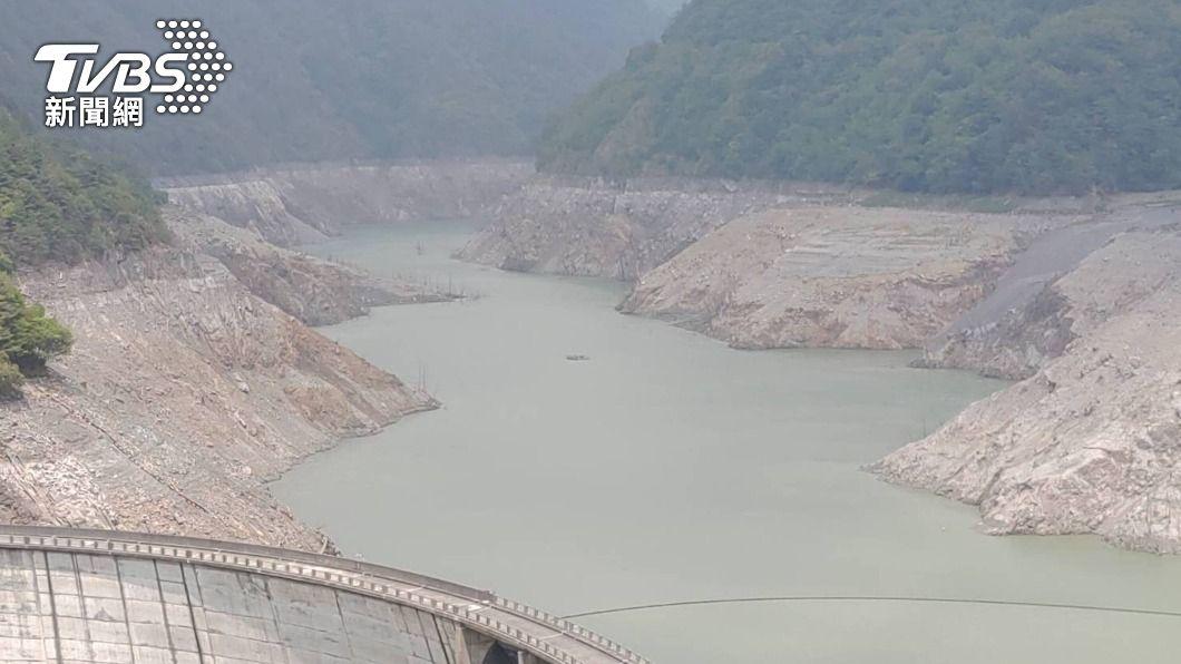 德基水庫水位下降。(圖/中央社) 雨神不關愛!德基水庫蓄水量跌破4% 估剩餘14天