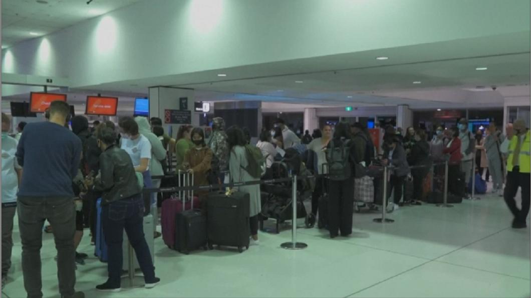 免隔離!紐澳旅遊泡泡啟動 機場湧數百旅客 親友相擁而泣