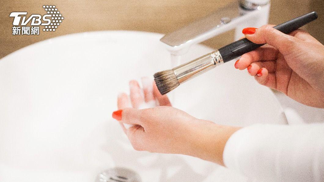 刷具需勤洗,否則刷毛上容易滋生細菌。(示意圖/shutterstock達志影像) 滿臉爛痘難癒合? 當心「美妝刷具」恐成細菌溫床