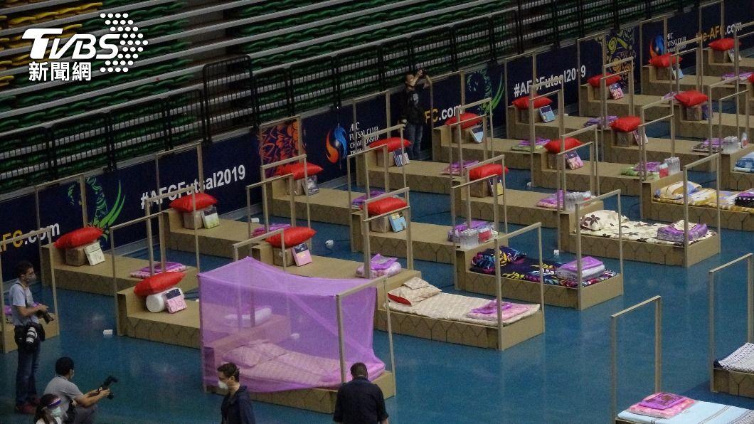 曼谷市體育場改建為臨時醫院。(圖/中央社) 泰國第3波疫情爆發病床不足 曼谷急建臨時醫院