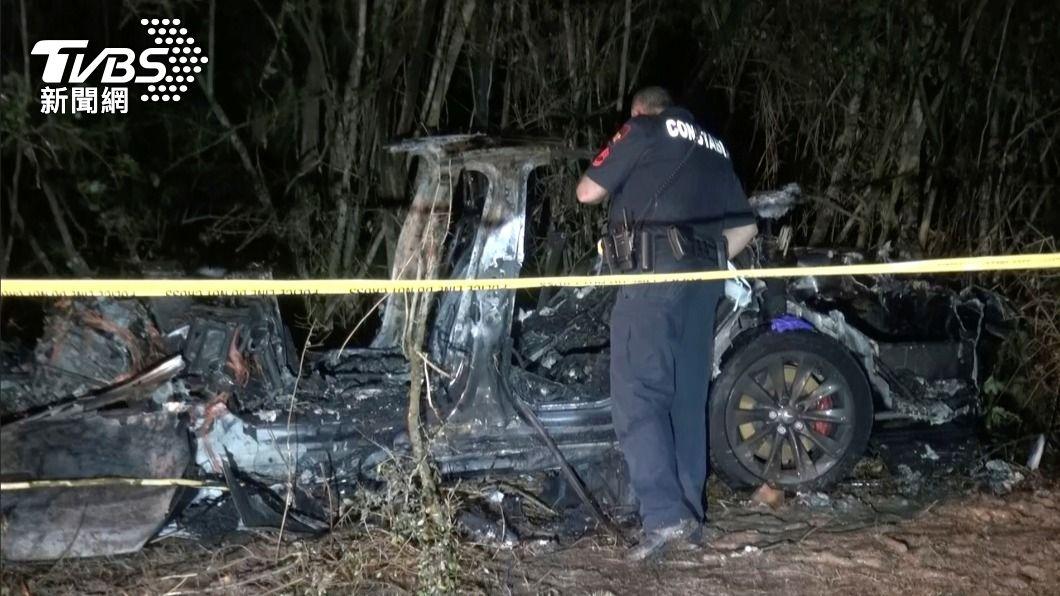 美國德州發生一起特斯拉汽車衝撞路樹事故。(圖/達志影像路透社) 美德州特斯拉汽車撞樹釀2死 警:駕駛座上沒人