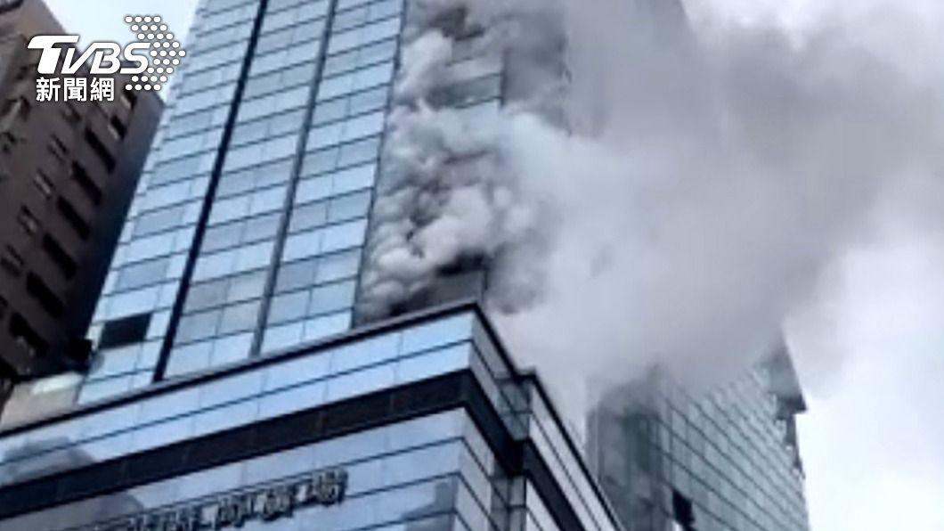 (圖/中央社) 京站大樓火警!5樓外側排煙管疑起火點 警消急滅火
