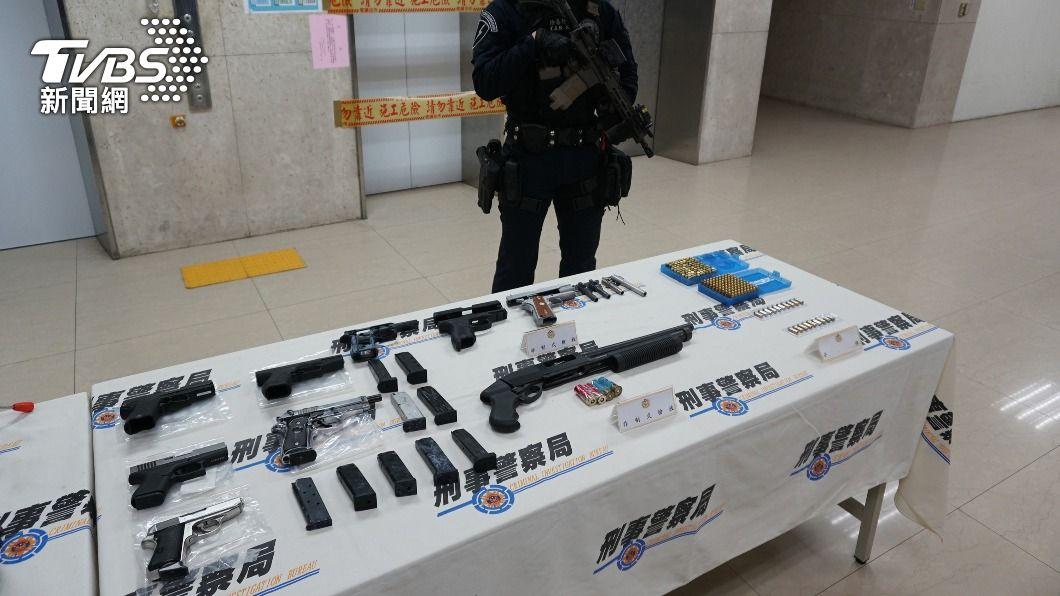 警方搜出改造手槍及大批子彈。(圖/中央社) 租大樓一樓設密室改槍 警逮2男起出6槍200子彈