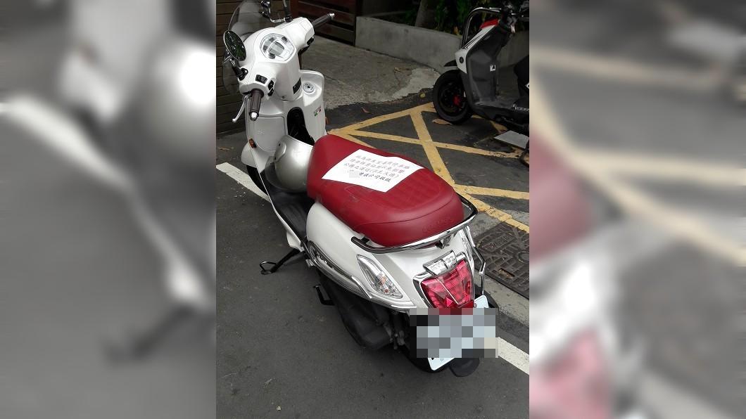 一輛機車不知什麼原因停在某醫院的專用車格內。(圖/翻攝自新竹爆料公社) 騎士亂停專用車格 網見超客氣29字紙條:阿彌陀佛
