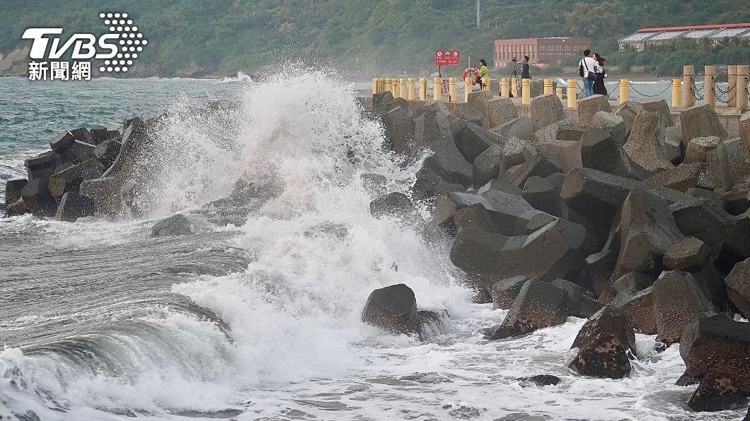 颱風接近易有長浪。(圖/中央社) 今明2天各地晴時多雲 強颱舒力基激起長浪不容小覷