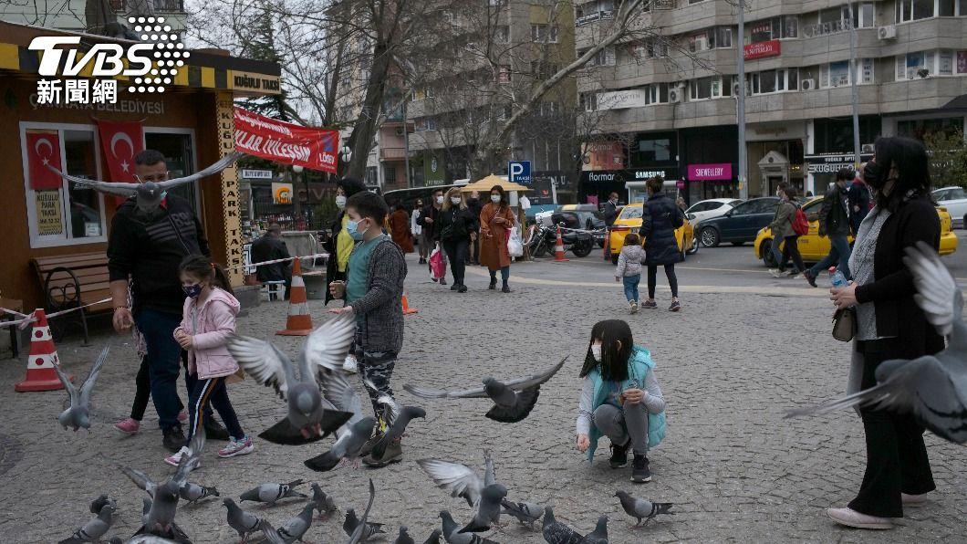 土耳其第3波疫情不斷升溫。(圖/達志影像美聯社) 「疫」不可遏 土耳其單日死亡數達1個月前4倍