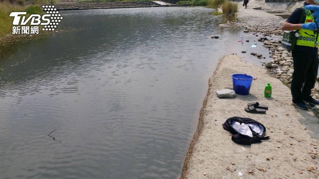 台中一名男子被巡邏員警發現在河面載浮載沉。(圖/TVBS) 台中供五停二限水 無業男疑「河邊洗澡」落水溺斃