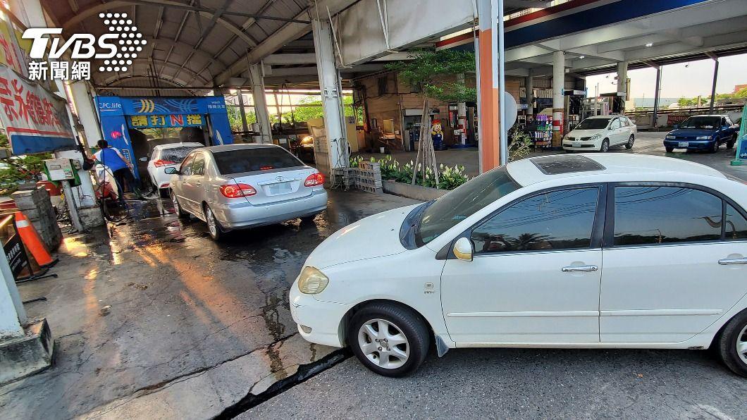 圖為車輛在加油站排隊等待洗車。(圖/中央社) 久旱不雨!台南洗車場、游泳池 26日起停止供水