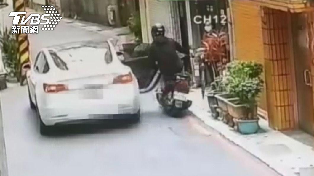 季姓男子突開車門,車門直接撞上路過的機車。(圖/TVBS) 男子突開車門擊墜騎士 骨牌效應撞倒自己母親
