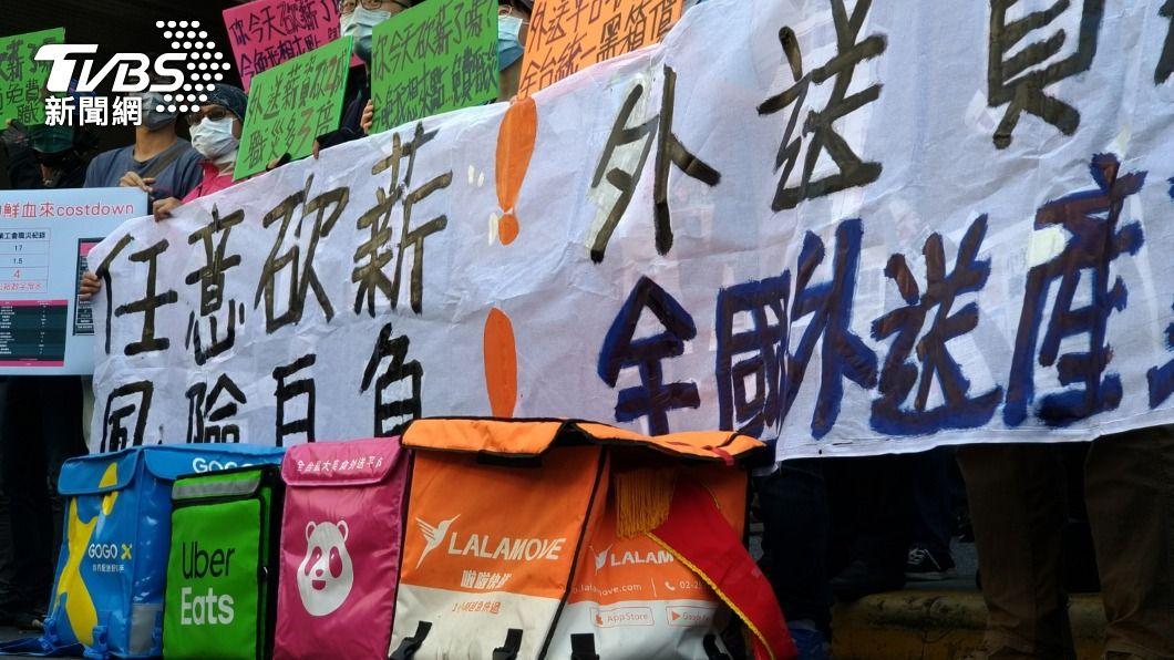 全國外送產業工會籌備會在勞動部前召開記者會。(圖/中央社) 不滿平台砍薪 外送員高喊組工會與資方抗衡