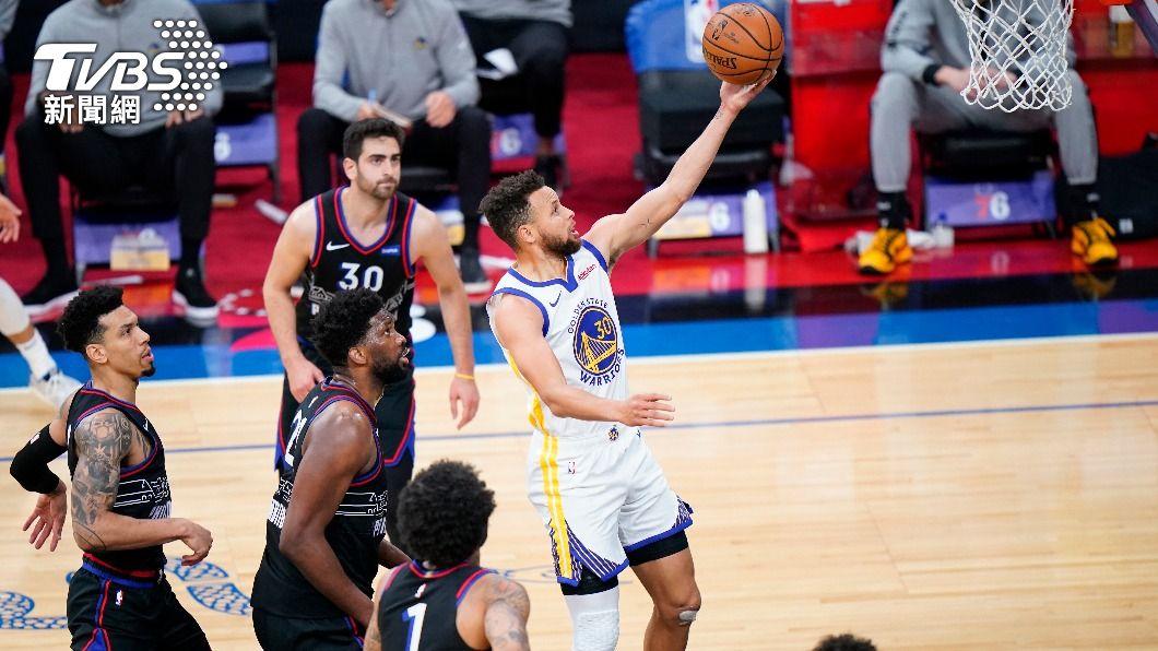 NBA勇士柯瑞狂轟49分。(圖/達志影像美聯社) 柯瑞49分射垮76人 老當益壯猶勝當年喬丹布萊恩