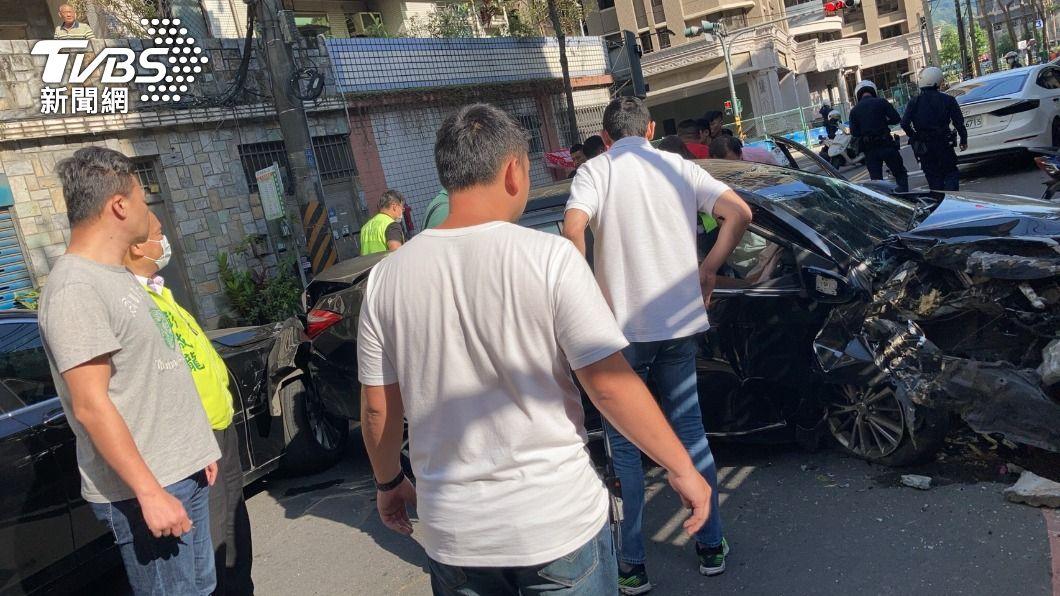 今日新北市發生街頭擄人案。(圖/TVBS) 新北驚傳擄人 議員撞見急「以車擋嫌」成功逮人