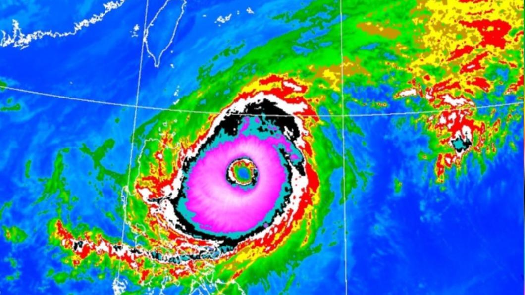 第2號颱風「舒力基」減弱為中度颱風,氣象局長鄭明典說它像草莓甜甜圈。(圖/翻攝鄭明典臉書) 舒力基減弱「像草莓甜甜圈」 鄭明典:水庫快操到極限