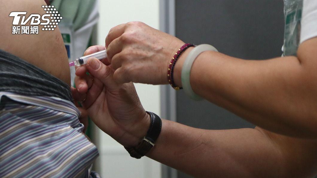 民眾自費接種AZ疫苗。(圖/中央社) 自費接種AZ疫苗者:副作用之虞比罹病相對有保障