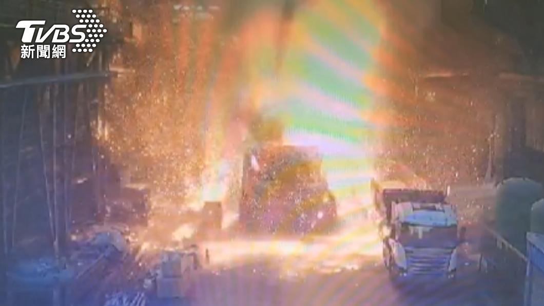 台中豐興煉鋼廠發生爐渣車爆炸。(圖/TVBS) 台中豐興鋼鐵爐渣車爆炸 「千度鐵漿」潑濺2男傷