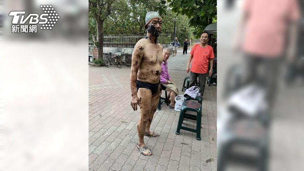 (圖/中央社) 西子灣晨泳後全身染黑 海保署急召吸油清理
